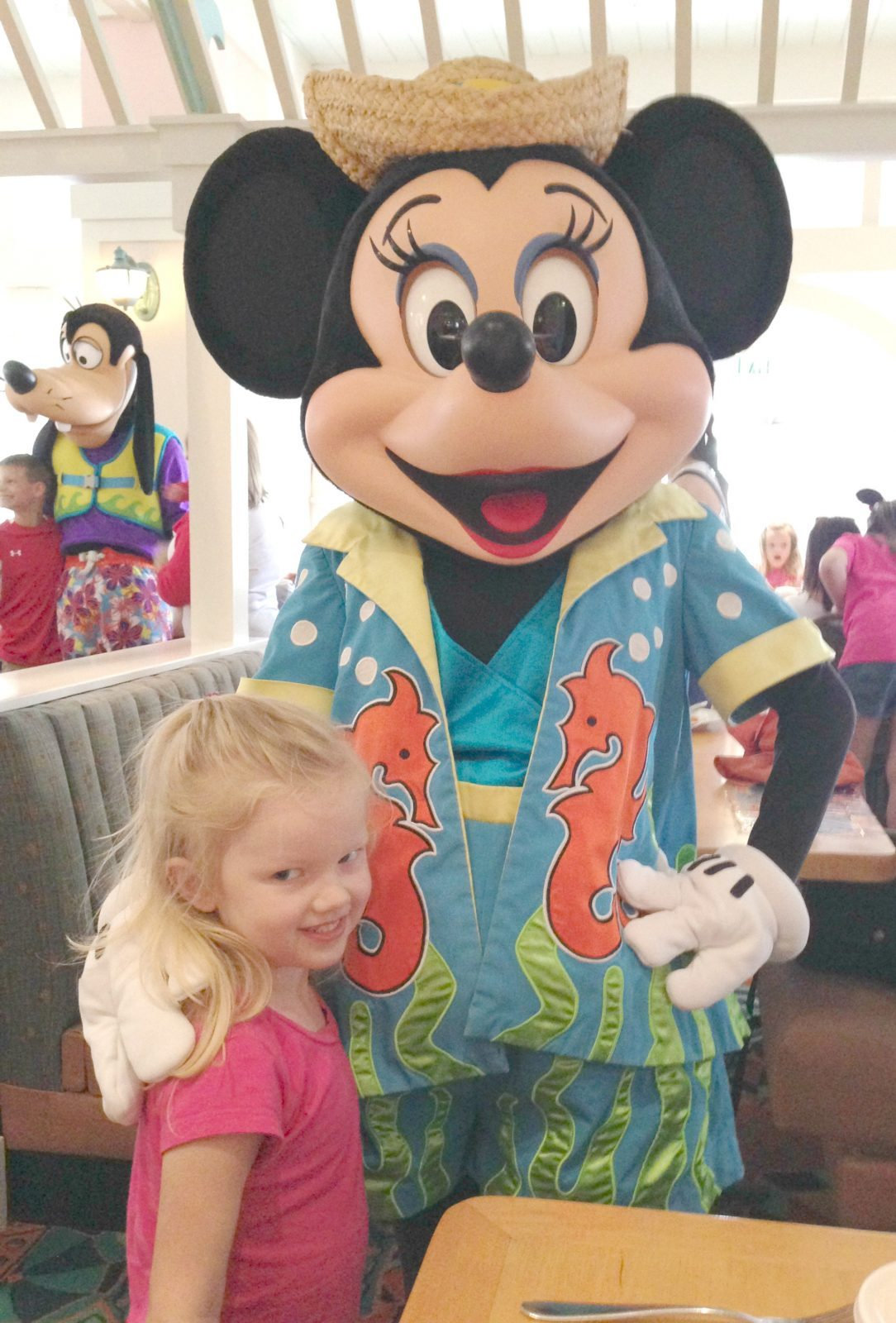 little girl meeting minnie mouse